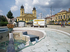 The main square viewed from the musical fountain with the phoenix statue (Főnix-kút) - Debrecen, Mađarska